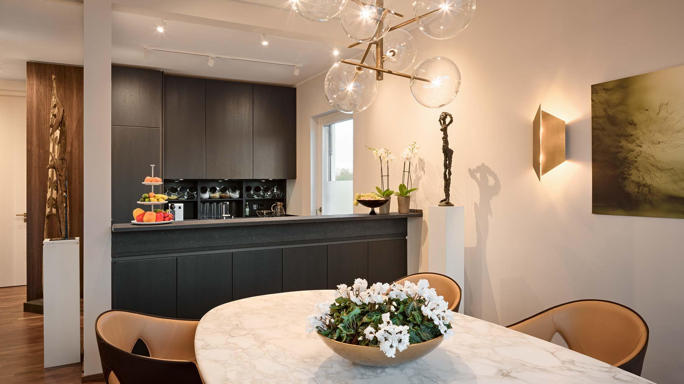 Penthouse Fünf Morgen: Luxusküche aus schwarzer Eiche und Naturstein